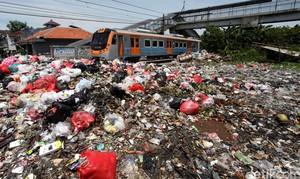 Jorok! Sampah Menumpuk di Sepanjang Rel KA