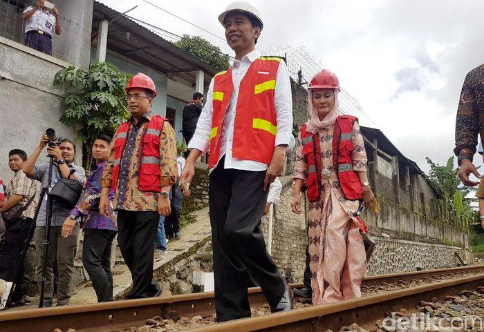 Ekspresi Jokowi terlihat sangat semringah usai meresmikan pembangunan jalur rel ganda kereta Bogor-Sukabumi.