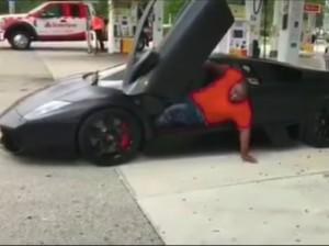 Badan Gemuk Bikin Pria Ini Kesulitan Keluar dari Lamborghini