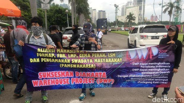 Massa pro dan kontra event Djakarta Warehouse Project (DWP) menggelar aksi di JIExpo, Kemayoran, Jakarta Pusat, Jumat (15/17/2017)