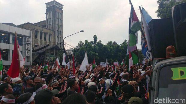 Saat Dirigen Viking Ajak Massa Selawat di Aksi Bela Palestina
