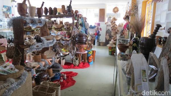 Foto: Isinya ada berbagai kerajinan tangan khas Seychelles yang bisa dibeli untuk oleh-oleh wisatawan (Fitraya/detikTravel)