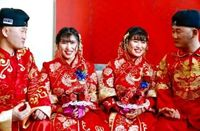Bikin Bingung Tamu, Pria Kembar Identik Ini Nikahi Wanita yang Kembar Juga