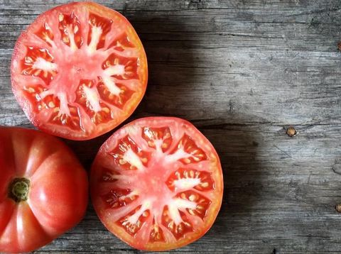 Tomat, bisa menjadi cara alami menghilangkan komedo.