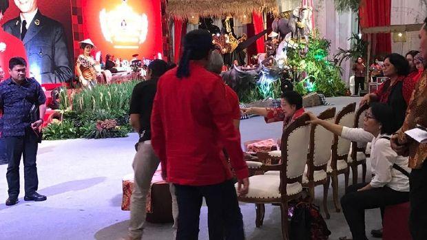 Megawati sempat mengoreksi tata panggung