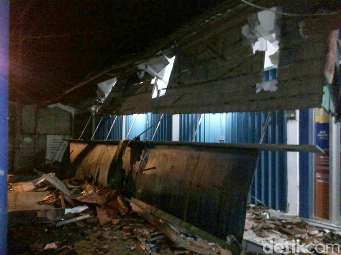 Foto: Tembok milik warga dan atap kaonipi bank Jateng di Banjarnegara rusak akibat gempa. (Uje Hartono/detikcom)