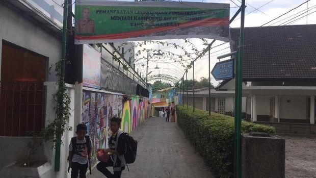 Kampoeng selfie ini terletak di Jalan Dr. Cipto, Gang Sudiaman, Kelurahan Anggrung, Kecamatan Medan Polonia, Kota Medan.