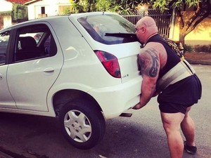 Viral Videonya Angkat Mobil di Parkiran, Lihat Olahraga Marcos Mohai