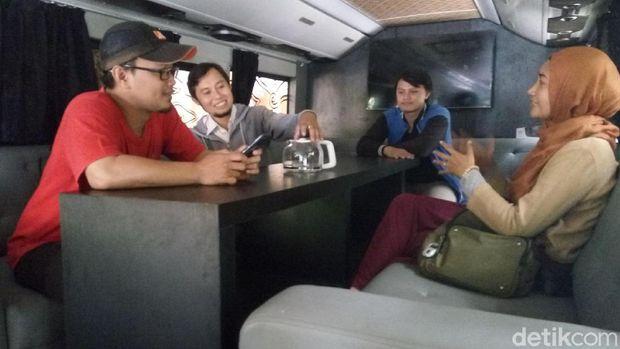 interior dalam bus disulap seperti meeting room