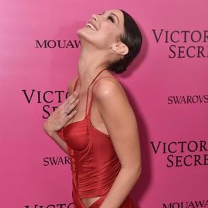 Pengorbanan Model yang Tak Minum Susu Sebulan Demi Show Victorias Secret