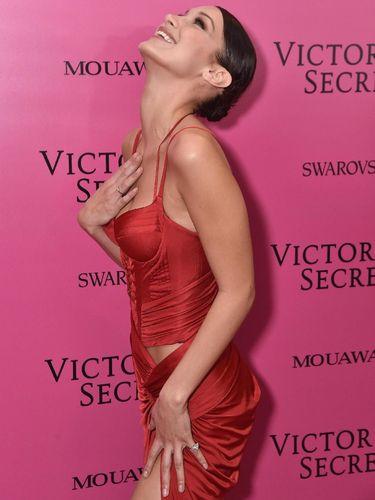 Pengorbanan Model yang Tak Minum Susu Sebulan Demi Show Victoria's Secret