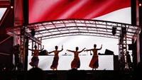 Aksi para penari itu hadir saat Devarra naik panggung. Foto: Asep Syaifullah