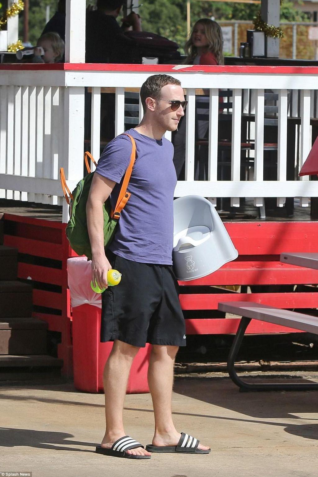 Ini adalah momen Zuck membawa toilet portabel saat liburan ke Hawaii. Toilet itu rupanya akan digunakan sebagai latihan oleh anak keduanya yang masih bayi, August. Zuck bersama keluarganya saat ini sedang liburan di Hawaii. Foto: Mirror