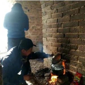 Waduh! Sekelompok Orang Ketahuan Masak Mie Instan di Tembok Besar China