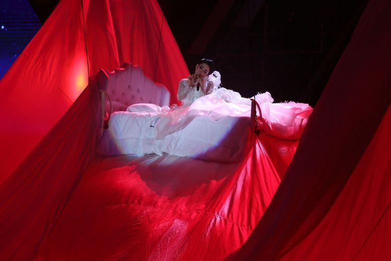 Syahrini tampil di atas ranjang berwarna putih. Foto: Hanif Hawari