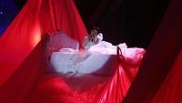 Syahrini yang tampil manja di atas ranjang. Foto: Hanif Hawari