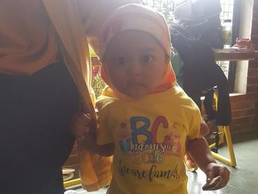 Baju kuning dengan kerudung warna senada, kece abis.