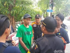 Linmas Halau Warga yang Sodorkan Kotak Amal Korban Bencana Pacitan