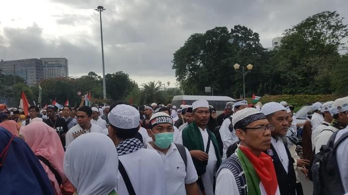 Foto: Massa Aksi Bela Palestina terus berdatangan dari pintu masuk Monas dekat pintu timur Monas. (Zunita-detikcom)