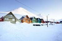 Longyearbyen berada di pesisir pantai, dengan dihuni sekitar 2.000-an penduduk. Mereka hidup sebagai nelayan, tapi pariwisata di sana mulai meningkat pesat (Thinsktock)