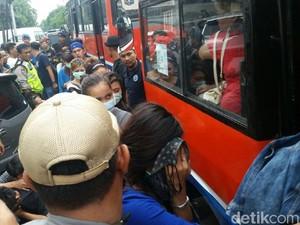 BNN Angkut DJ Mita dan Pengunjung Diskotek Lainnya Naik Metro Mini