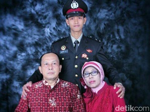 Bripda Sheriff bersama orangtuanya/