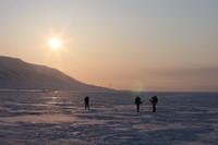 Para turis yang datang ke Longyearbyen penasaran dengan fenomena matahari tak terbenam (Thinsktock)