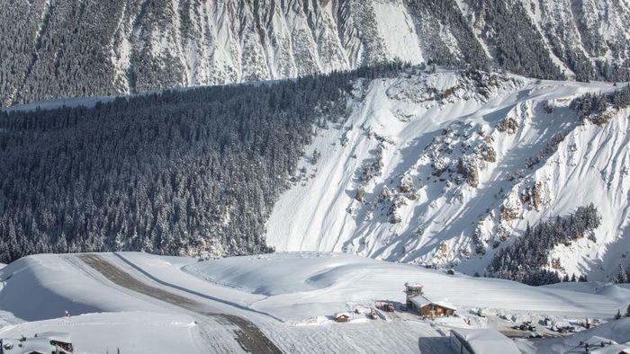 Courchevel Altiport, Perancis. Jangan heran di sekitar bandara ini ada yang sedang bermain ski, karena letaknya di pegunungan bersalju. (Dok CNN).