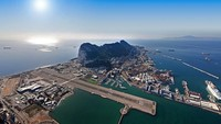 Gibraltar International Airport. Saat pesawat mendarat atau lepas landas, mobil atau kendaraan lainnya tak boleh melintas. (Dok CNN).