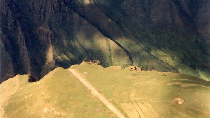 Matekane Air Strip, Lesotho. Landasan bandara ini tak bisa diperpanjang. Ujung landasan adalah jurang sedalam 600 meter. (Dok CNN).