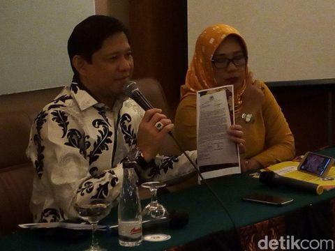Ketua Bappilu Golkar Jawa Barat Iswara menunjukkan surat pencabutan dukungan itu.