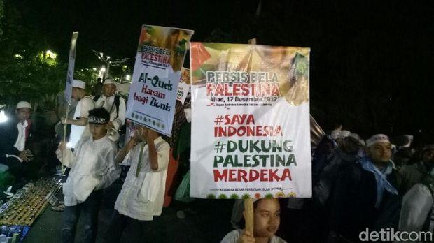 Jemaah aksi bela Palestina membawa atribut dukungan