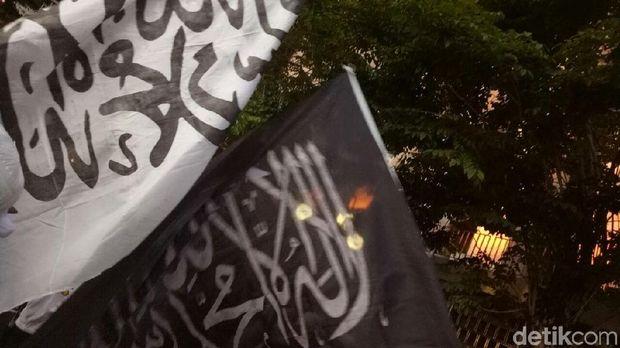 Bendera Ar-Rayah berkibar di tengah massa Aksi Bela Palestina