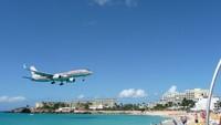 Princess Juliana International Airport, St. Maarten, Karibia. Siapa yang tak dag dig dug mendarat di bandara ini. Jaraknya sangat dekat dengan bibir pantai. (Dok CNN).