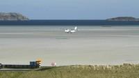 Barra International Airport, Skotlandia. Ini adalah satu-satunya bandara yang landasannya adalah pasir pantai. Pergerakan pesawat harus menunggu gelombang air surut. (Dok CNN).