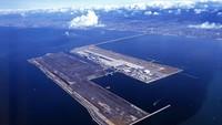 Kansai International Airport, Osaka, Japan. Landasan di bandara ini telriat mengambang di lautan karena dibangun di pulau buatan. (Dok CNN).