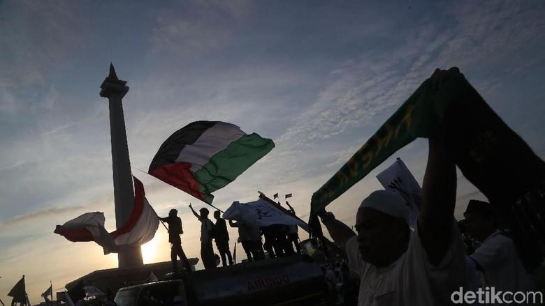 Foto: Kibar Bendera Palestina di Monas