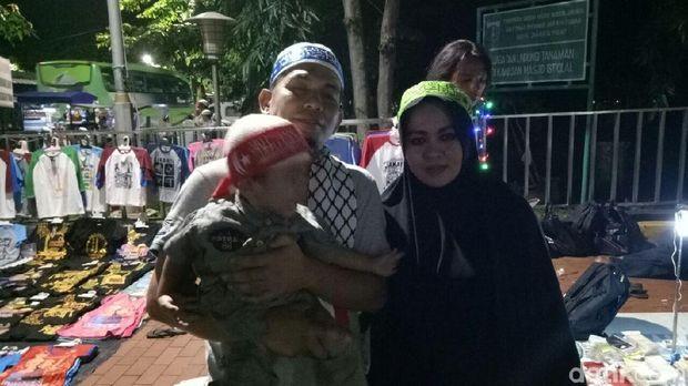 Munir datang bersama istri dan anaknya jauh-jauh dari Riau untuk aksi bela Palestina