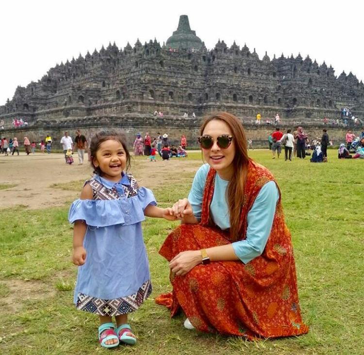 Asyik! Happy-nya Ania yang lagi jalan-jalan bersama Bunda di Candi Borobudur. (Foto: Instagram @reisabrotoasmoro)