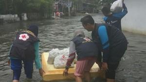 Korban Banjir di Pasuruan Dapat Suplai Nasi Bungkus