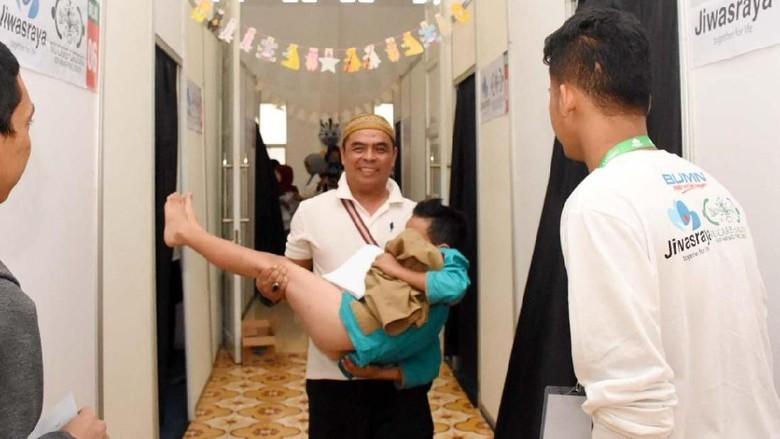 Keceriaan Ratusan Anak-anak Ikuti Sunatan Massal