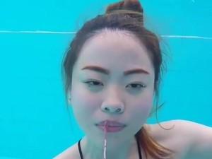 Wanita Pamer Tutorial Makeup di Dalam Air Ini Jadi Viral
