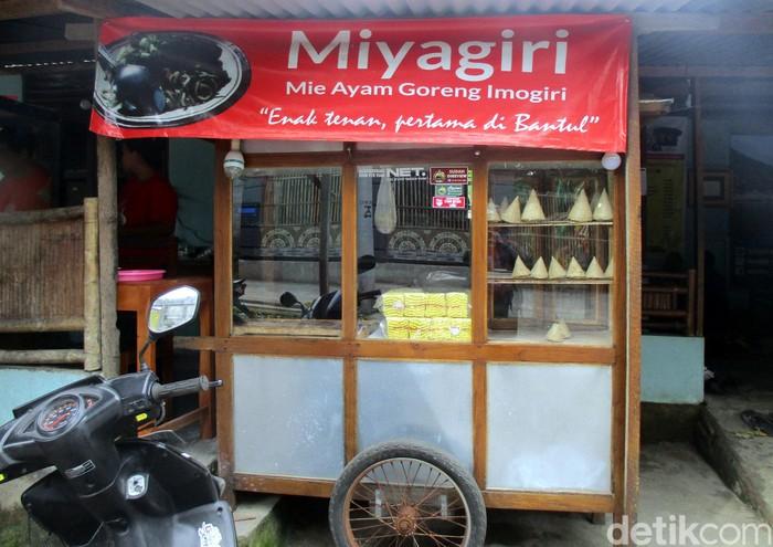 Namanya Lesehan Mbanyumili. Warung bakso yang berada di Jalan Imogiri Timur KM 14, Desa Wukisari, Bantul, Yogyakarta. Menunya ada bakso tumpeng dan juga bakso burger. Seperti apa ya bentuknya? Foto: Bagus Kurniawan