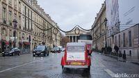 Serasa Selebriti, Naik Mobil Antik di Paris