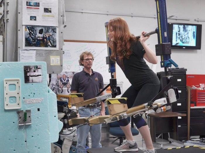Olahraga di luar angkasa berbeda dengan olahraga biasanya. Seluruh alat kebugaran yang dipakai astronaut dibuat khusus untuk bisa memberikan latihan fisik di kondisi minim gravitasi. (Foto: Facebook)