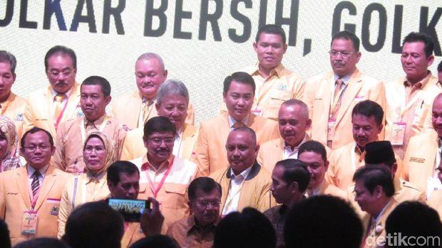 Presiden Jokowi foto bareng pengurus Golkar di Munaslub /