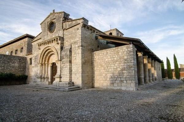 Gereja Santa Maria di Wamba, Spanyol memiliki ruangan kecil yang berisi 3.000 tengkorak dan tulang belulang manusia. Gereja ini telah jadi cagar budaya dan memiliki ruangan bernama Wamba Ossuary, yang artinya kuburan (Thinkstock)