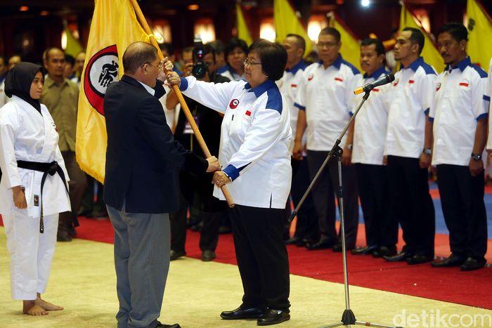 PB Forki melalui Sekjen PB Forki Mayjen TNI (Purn) Lumban Sianipar bersama Menteri Kehutanan, Siti Nurbaya, melantik pengurus Indonesia Karate-Do (Inkado) di di Jakarta, Senin (18/12/2017).