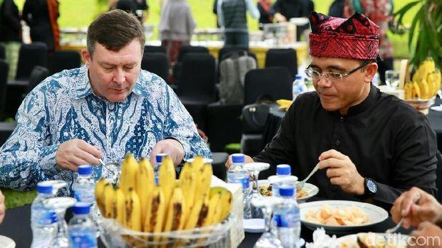 Saat Bupati Anas makan bareng dengan Konjen Australia Chris Barnes