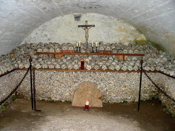 Kalau kapel ini berada di desa kecil bernama Hallstatt. Desa ini berada di wilayah sebelah barat Austria, dekat perbatasan Austria-Jerman (hallstatt.net)